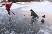 Na Baťově kanále ve Starém Měste se bezpečně bruslí už několik dnů. O víkendu si na něm v Babicích navíc zahrají turnaj v ledním hokeji.