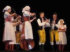 Na benefičním koncertu hrál i folklorní soubor Mladina.