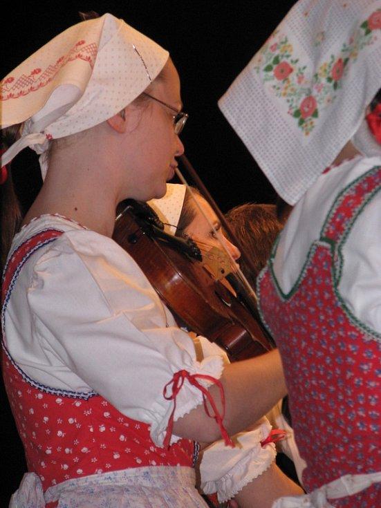 Na benefičním koncertu hrál folklorní soubor Mladina spolu s Kunovjanem.