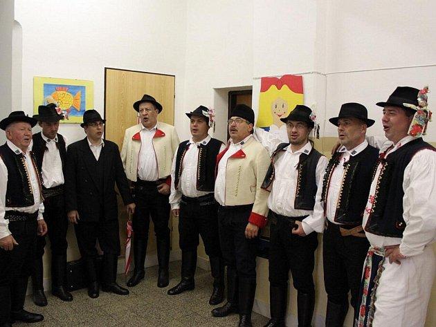 Kněžpolský mužský sbor zpíval na chodbě školy.