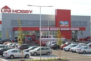 Nové nákupní centrum Uni Hobby ve Starém Městě bylo uvedeno do provozu symbolickým přestřižením pásky ve středu 23. července večer.
