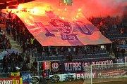 Fotbalisté Slovácka (v bílých dresech) otočili domácí duel s Jihlavou a po výhře 2:1 se v HET lize odpoutali z posledního místa.