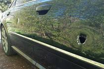 Vandal poničil zaparkované Audi A 8. Viděl ho někdo?