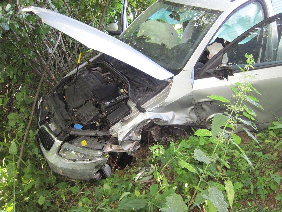 Sedm poškozených automobilů, čtyři zranění lidé a v podvečerní dopravní špičce beznadějně ucpaná silnice I/50 mezi Podolím a Veletinami. Takové jsou důsledky dvou dopravních nehod, k nimž tam došlo ve čtvrtek 27. června v čase mezi čtvrt na pět a čtvrt na