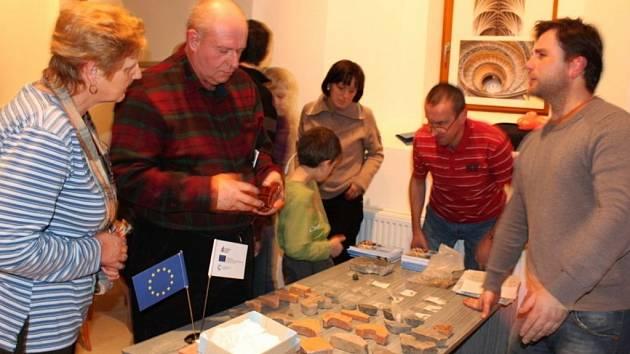 Lidé si mohli osahat zbytky mozaikové dlažby zpozdně románského období.