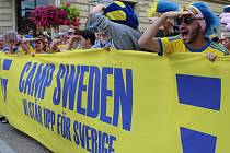 Fanoušci ze Švédska v ulicích Uherského Hradiště byli vítaným oživením.
