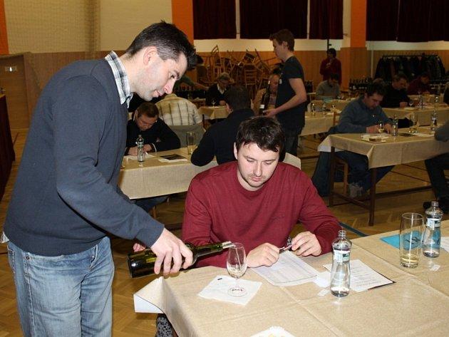 Sedm set k vzorků vína v Jalubí hodnotilo 69 degustátorů v osmnácti komisích.