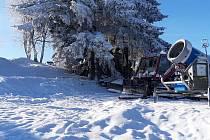 Od soboty 18. ledna je k dispozici milovníkům zimních sportů také  Ski centrum Bílé Karpaty na Mikulčině vrchu, tedy tamní sjezdovka Lopata, jak se svahu lidově říká.