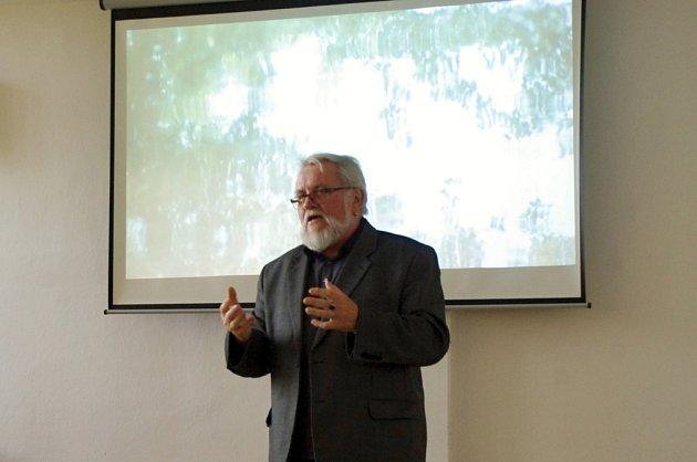 Téměř celé přísálí kulturního domu v Dolním Němčí dokázal zaplnit posluchači novinář, publicista a spisovatel Jiří Jilík. Místní i přespolní tam totiž přilákala jeho přednáška s názvem Historickou krajinou Luckého pole.