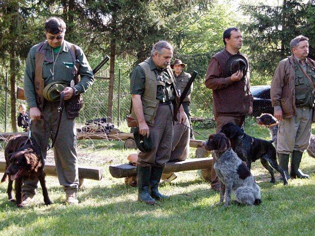 ZKOUŠKY. V dolněmčanském revíru se v sobotu testovaly vlohy mysliveckých psů.