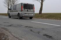 Silnice na Slovácku jsou letos díravější než v minulých letech. Snímek je z okolí Boršic.