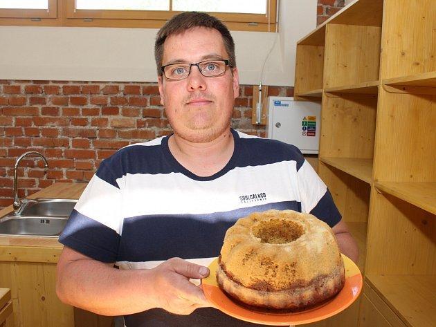 Recept na pudinkovou bábovku Tomáše Bukvalda je uveden v článku.