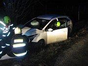 Řidič u Suché Lozi v pátečním večeru vyjel z vozovky a se svým autem narazil přímo do stromu.
