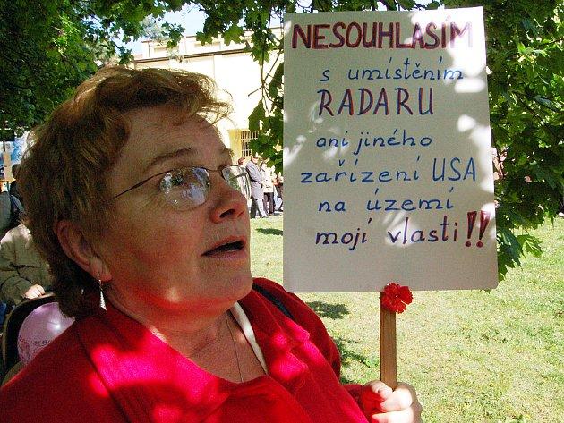Protestující lidé dávali včera svůj nesouhlas se vznikem základny v České republice najevo také rozhodnými hesly na přinesených transparentech.