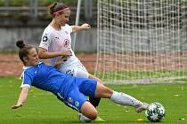 Fotbalistky Slovácka (v bílých dresech) vstoupily do druhé poloviny sezony těsnou výhrou.