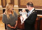 První miminko Uherského Hradiště letošního roku přivítal starosta města. Anna Kristýna Prokopová se narodila 1. ledna 2018. V obřadní síni hradišťské radnice s ní byla její maminka Kristýna Sabová a bratr Juraj.