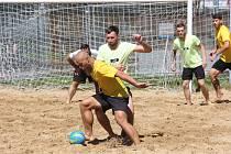 Beach Soccer Cup, který se uskutečnil v rámci Slováckého léta ovládli Legendární (žluté dresy).