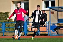 Fotbalisté Uherského Brodu na Lapači podlehli Spartaku Myjava 0:5. Na snímku domácí stoper Michal Vrága (v červeném dresu)