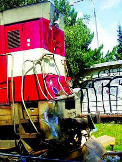 Při střetu došlo k poničení zabezpečovacího zařízení, lokomotivy i návěsu kamionu.