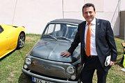 Alessandro Alagia, majitel ořechovského zámku se pochlubil malým autíčkem.
