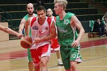 Basketbalisté Spartaku Uherský Brod (v bíločerveném) porazili Šumperk 74:46 (20:21, 44:27, 53:40).