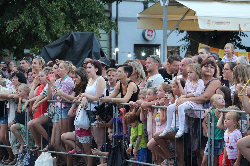 Publikum na Masarykově náměstí netrpělivě čekalo na zpěvaččin příchod.
