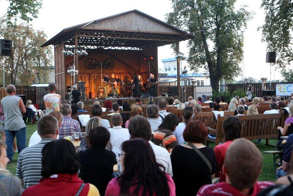 Společný koncert skupiny Čechomor a cimbálové muziky Martina Hrbáče ve Starém Městě.