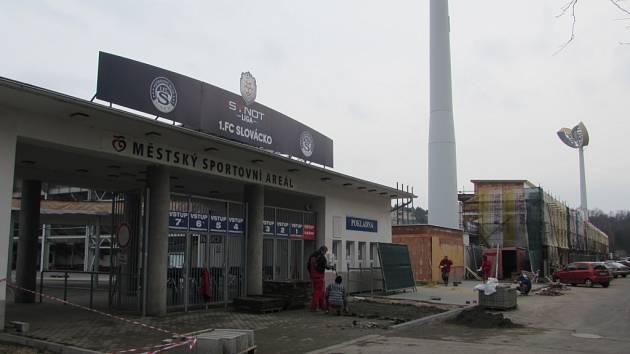 Stavební práce na fotbalovém stadionu v Uherském Hradišti přichystají toto místo pro blížící se evropský šampionát do 21 let. x