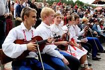 Na VI. ročník Popovického jarmarku a řemesel zavítalo v sobotu odpoledne 750 lidí a účinkovalo na něm 150 členů folklorních souborů ze Slovácka.