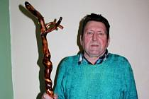 Miroslav Pohl z Jankovic je tvůrcem čakanů v lese rostoucích.