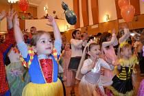 Davy dětských masek se hrnuly o posledním únorovém nedělním odpoledni do kulturního domu v Bojkovicích. Nakonec jich tam v doprovodu tří stovek dospěláků dorazilo více než 150.