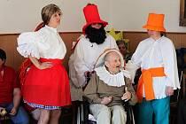 Na karnevalu se objevila kompletní Rumcajsova rodinka, ani jednu masku nenechal sedět populární tanec Jede, jede mašinka a úsměv zdobil i postavičky z pohádky Tisíce a jedné noci.