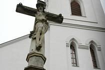 Kříž u huštěnovického kostela.