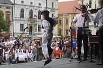Podium v centru Uherského Hradiště v sobotu dopoledne patřilo folklorním souborům, ale i malým tanečníkům verbuňku