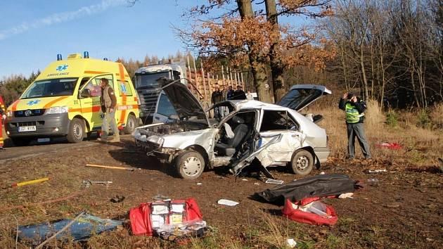 K dopravní nehodě, která si vyžádala lidský život, došlo i na začátku prosince nedaleko Luhačovic. Auto dostalo smyk na namrzlé cestě, sjelo z cesty a narazilo do stromu. Řidič vážná zranění nepřežil.
