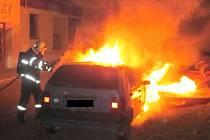 Dvě vozidla shořela v noci na středu 7. května na ulici Za Špicí ve Starém Městě. Požár napáchal škodu za 850 tisíc korun.