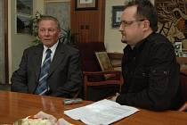 Slovenský exprezident Rudolf Schuster (vlevo)  při rozhovoru se šéfredaktorem Slováckého deníku Pavlem Bohunem.