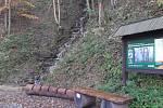 Od Kamenné búdy po červené značce pěšinkou lesem na vrchol Velké Javořiny a odtud zpátky po modré a následně žluté značce po krásné nové asfaltce ke Kamenné búdě. Tento, 11.6 kilometru dlouhý okruh zvládl v neděli 15. října za slunečného počasí Lhoťan Sta