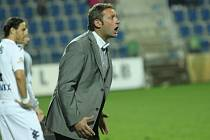 Trenér Svatopluk Habanec burcuje hráče Slovácka zatím marně. Jeho tým potřebuje body jako sůl.