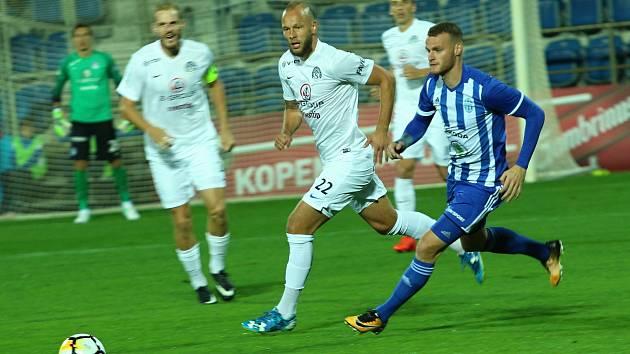 Sedmadvacetiletý ofenzivní záložník Slovácka Jakub Petr (na snímku uprostřed) v závěru podzimu dostává čím dál více příležitostí.