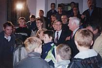 Poslední muž na Měsíci Eugen Cernan, (ten šedivý) a vedle s brýlemi je astronaut John Blaha. společně s členy astronomického kroužku před brodskou hvězdárnou v roce 2001.