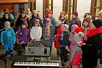 Na Vánoční zpívání a festival dobrot a chutí v Tupesích přišly v nedělním podvečeru tři stovky návštěvníků.