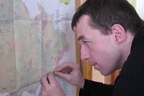 pracovník Trnky Josef Pavela v úterý instaloval přírodovědnou expozici.
