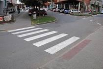 Muž na kole srazil ženu na přechodu v ulici Hradební v Uherském Hradišti a ujel.