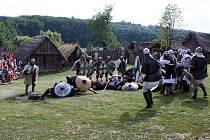 NA ŽIVOT A NA SMRT. Tak bojovali mezi sebou vojáci při bitvě o hradiště i při bojových ukázkách.