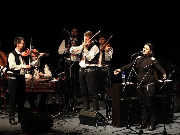 Bezmála pět stovek lidí si ve středu 18. dubna v uherskohradišťském Klubu kultury nenechalo ujít společný koncert písničkářky Radůzy a cimbálové muziky Stanislava Gabriela.