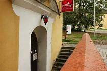 Návštěvníky vítá pár kroků od malenovického hradu červená lucerna.