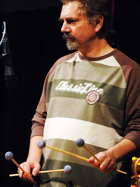 BLUESOVÁ TEČKA. Při čtvrtečním koncertu ASPM byl za vibrafonem nepřehlédnutelný a nepřeslechnutelný Radek Krampl (na snímku).