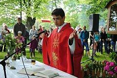 Farář Ján Rimbala slouží v neděli 20. května 2018 svatodušní mši na místě zvaném U Mrnuštíků v Policích. Požehnal také tři lípy malolisté, nedávno vyhlášené za památné stromy.