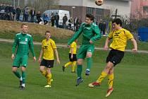 Fotbalisté Strání (ve žlutých dresech) po brněnské Bystrci neuspěli doma ani se Žďárem nad Sázavou.